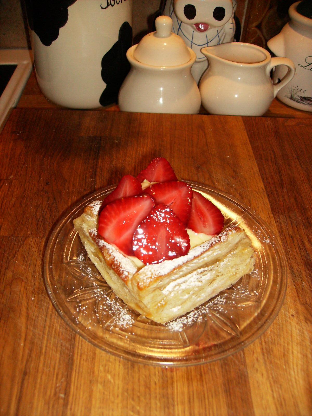 Flarn med jordgubbar och vaniljkräm.
