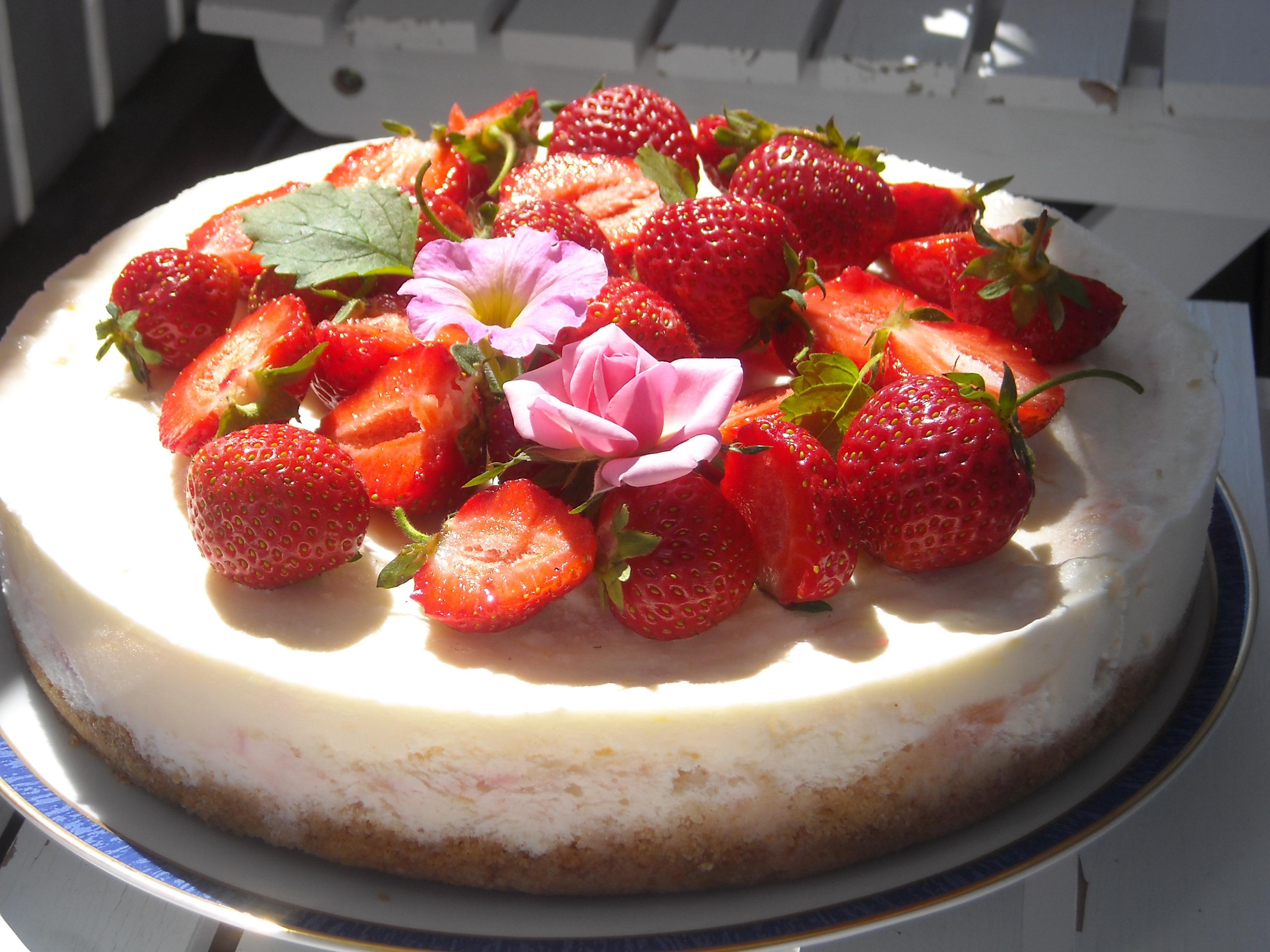 Frusen rabarbertårta med jordgubbar