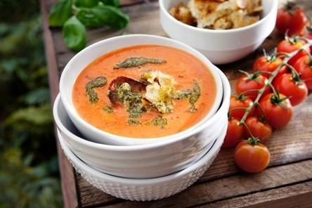Krämig tomatsoppa med solrospesto och krutonger