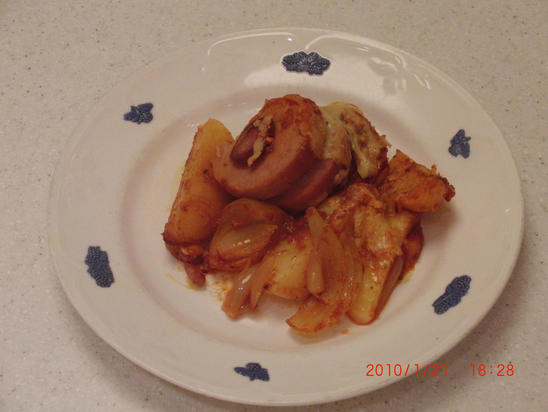 Ugnsbakad falukorv på röd potatisbädd