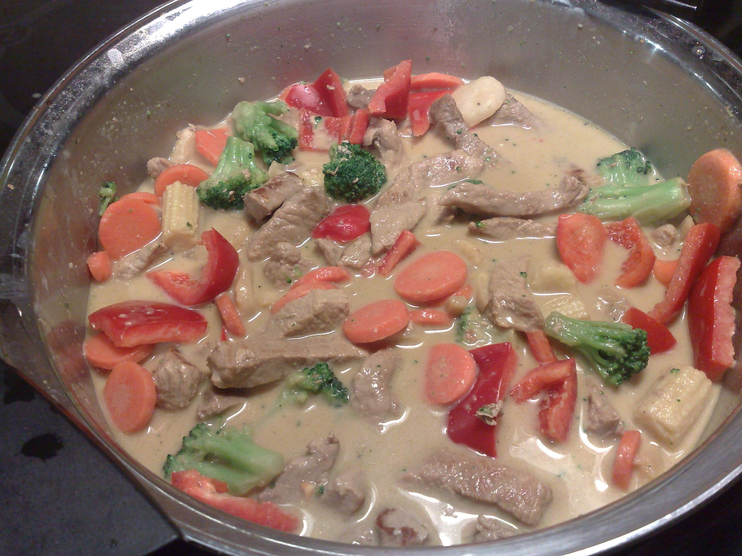 Fläskkött med kokosmjölk och röd curry