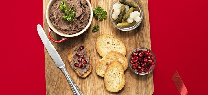 Snabb leverpastej med cornichoner och grovt bröd