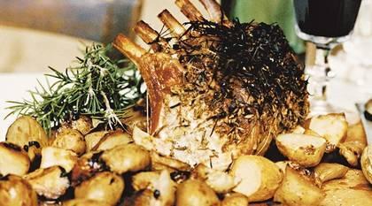 Helstekt fläskkotlett med örter och vitlök