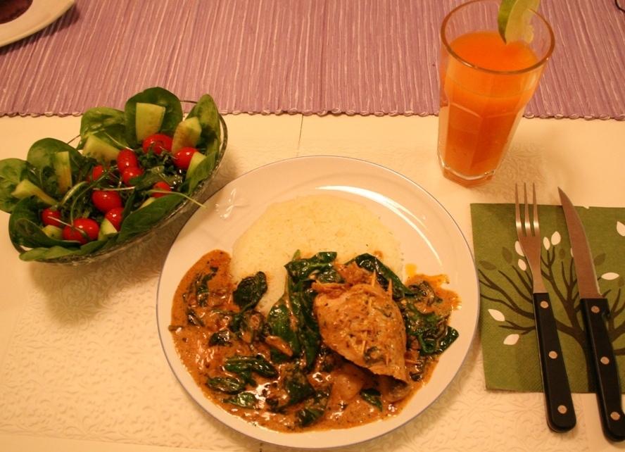 Vitlöks och spenat fylld kycklingfilé med kantarell, champinjon och spenatsås