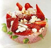 Frusen jordgubbstårta med likör och maräng