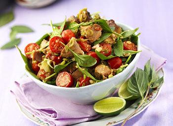 Tonfisksallad med färsk spenat, tomater och röd chili