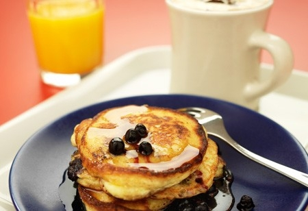 Hot vanilla coffee med american  pancakes
