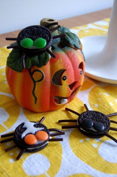 Läskiga spindelkakor till Halloween