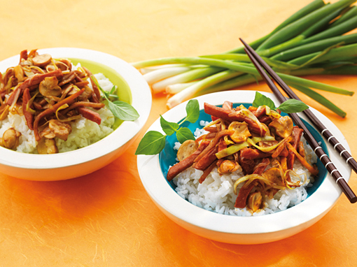 Wokad falukorv med Mrs Cheng's Wok Sauce