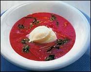 Rabarber- och jordgubbssoppa med vit chokladglass