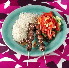 Asiatiska grillspett med sesamfrö o nudelsallad