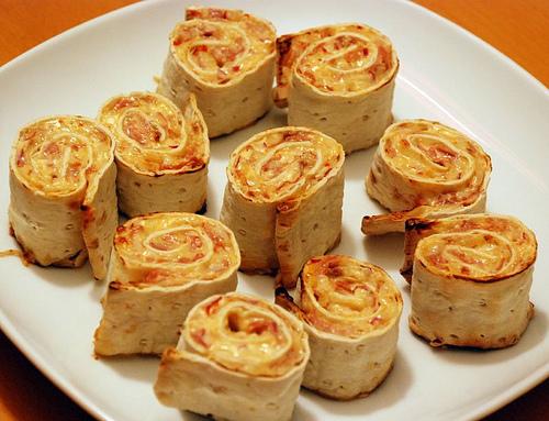 Varma tunnbrödsnittar med skinka och parmesan