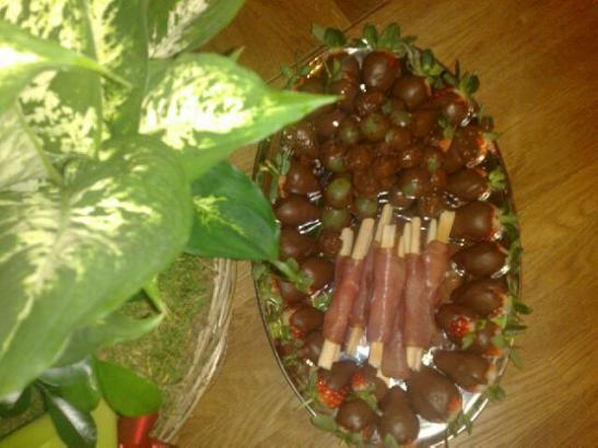 Chokladdoppade jordgubbar & vinddruvor med parmaskinkalindad grissini