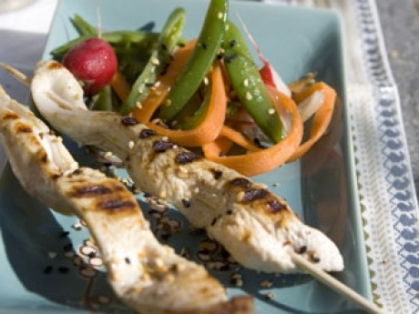 Kycklingspett med jordnötssås och asiatisk sallad