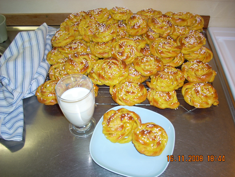 bullar med mandelmassa och vaniljsocker