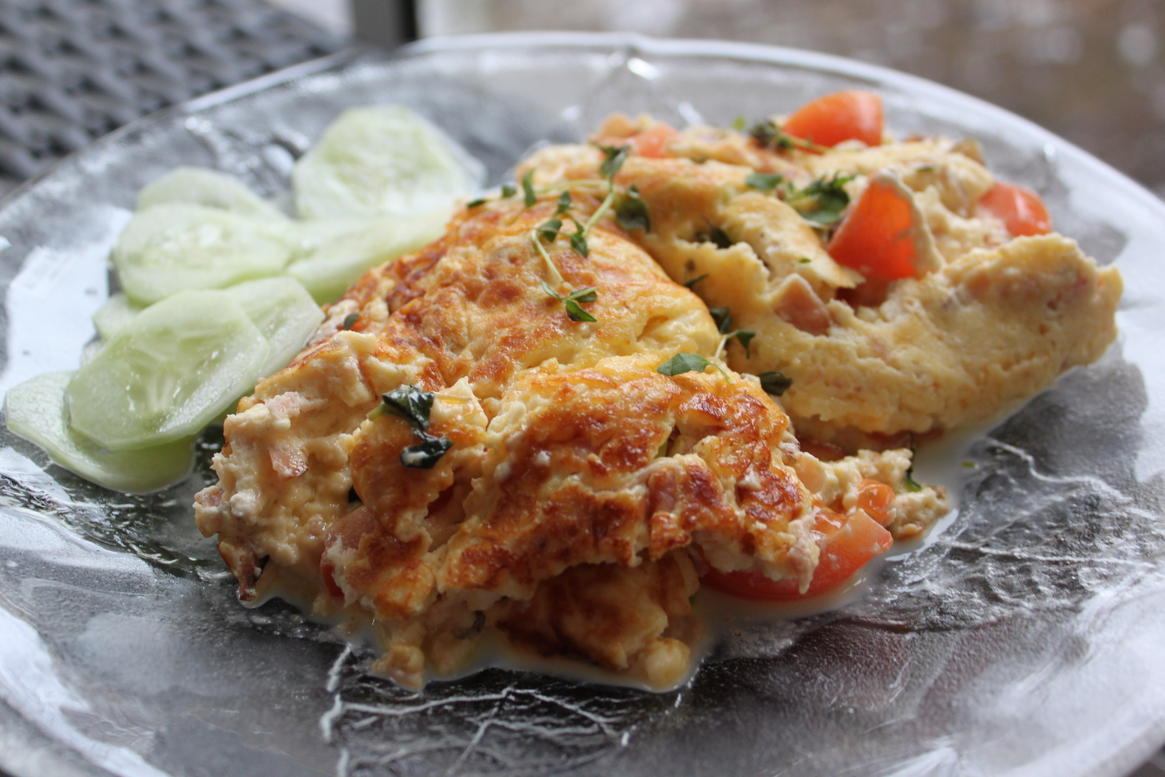 Omelett  i stekpanna med smak av ost och skinka