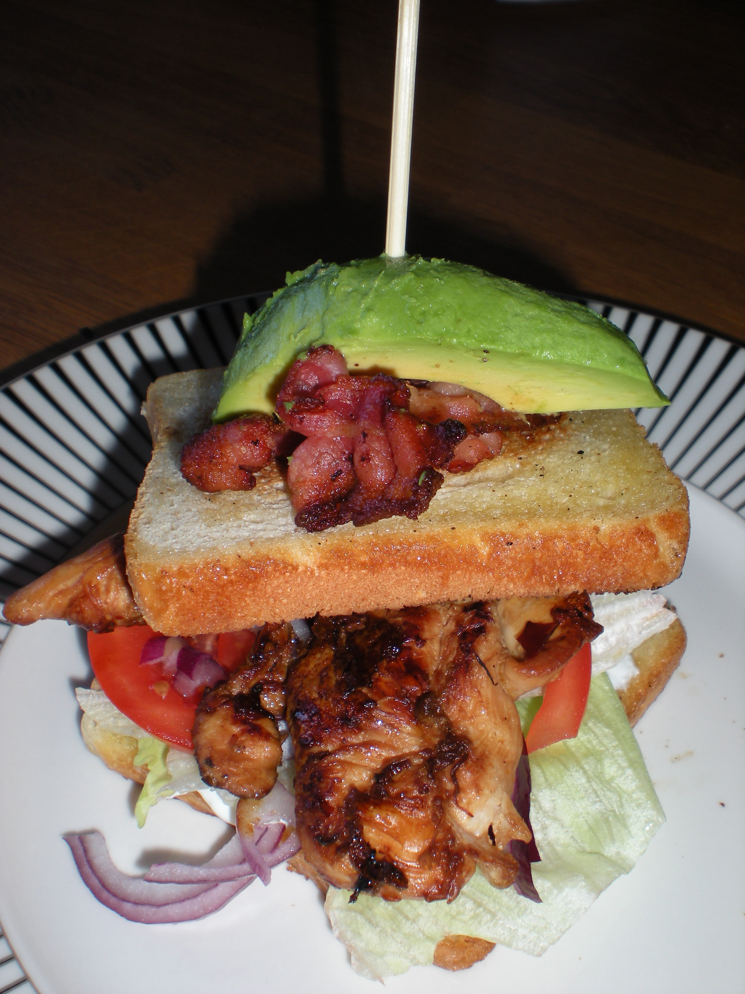 Clubsandwich med bacon och avocado