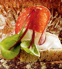 Spickekorvsmörgås med lätt créme fraiche