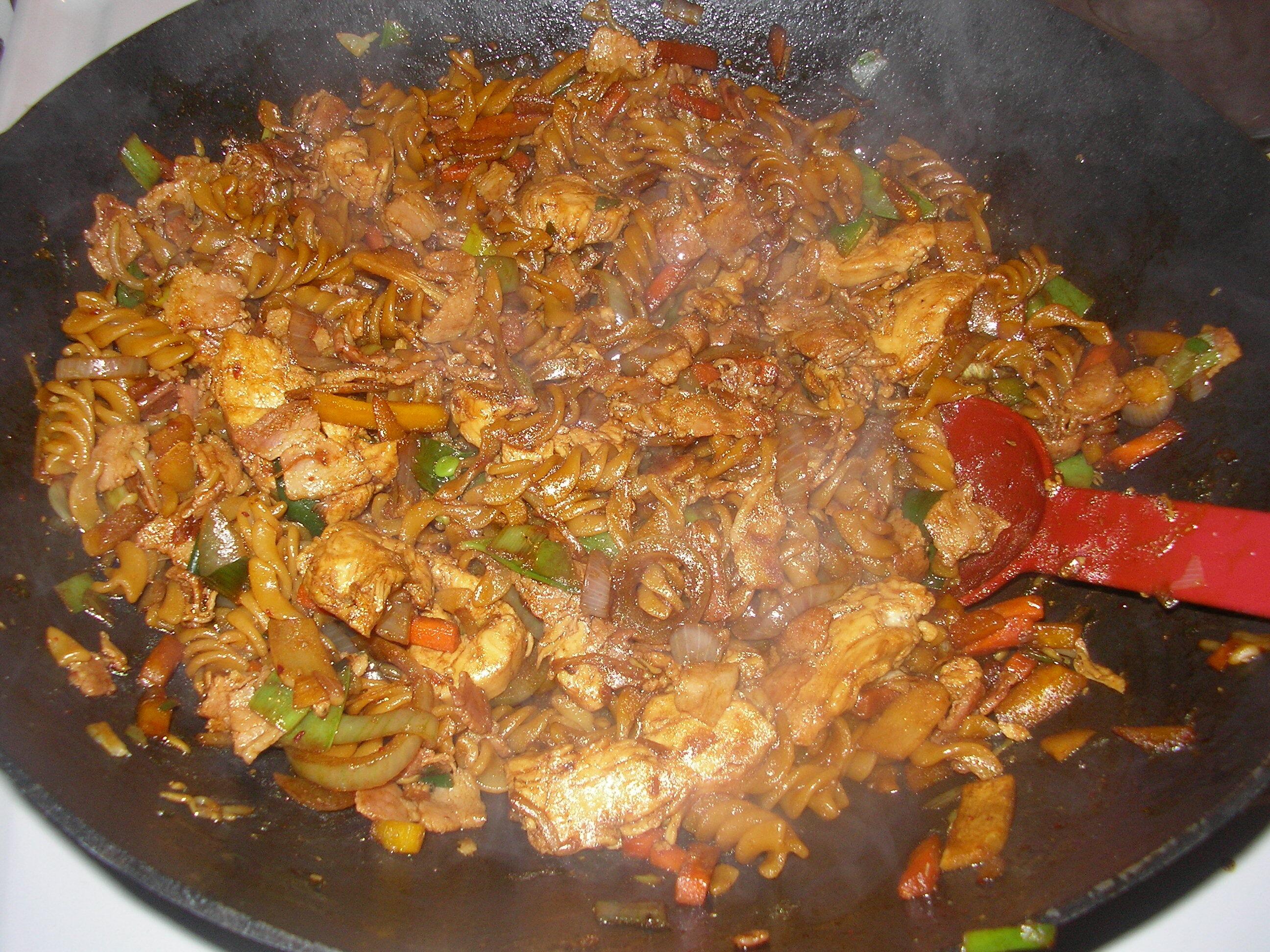 Wook med kyckling, bacon och pasta