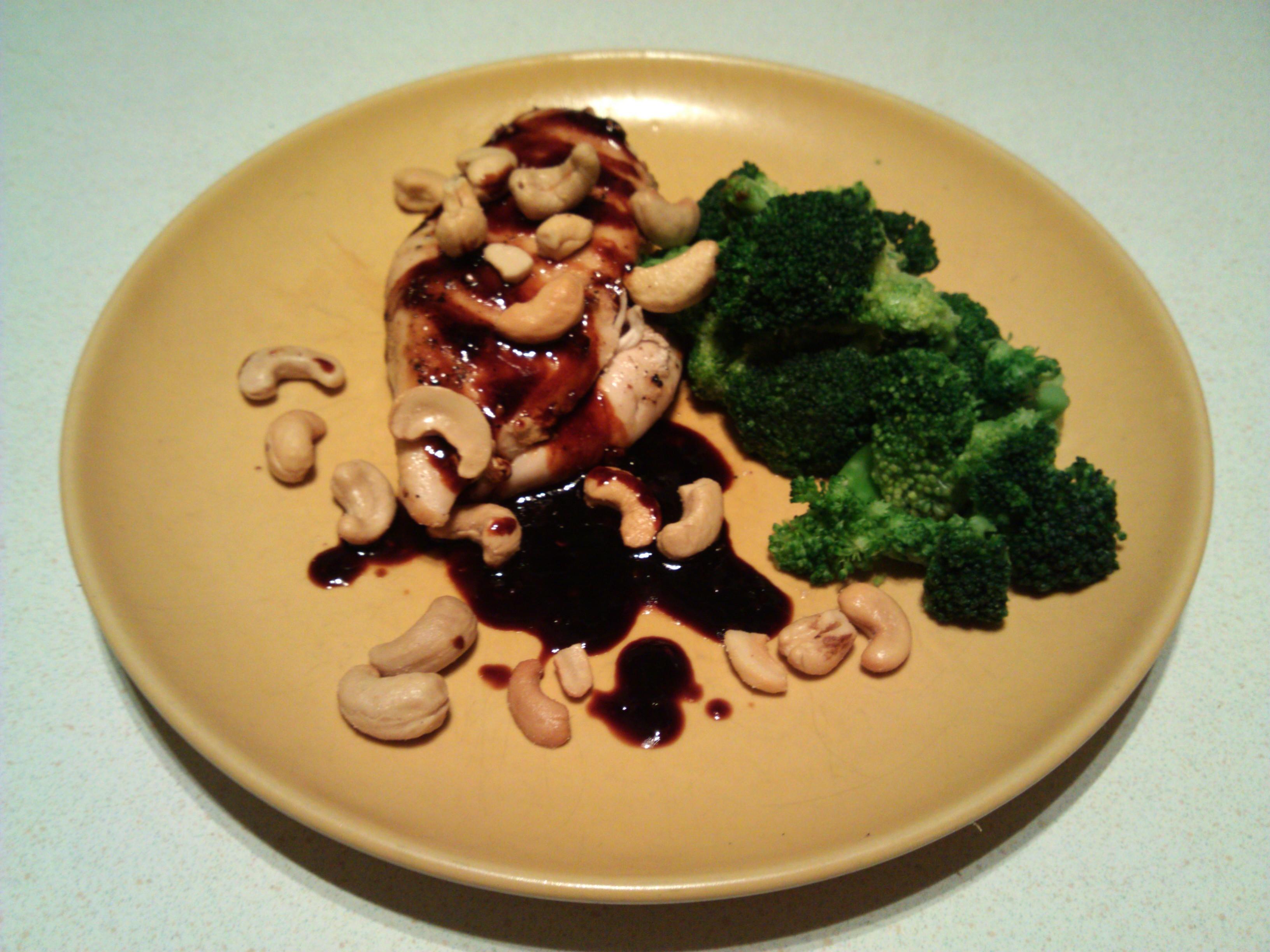 Kycklingfilé med ångkokt broccoli och cashewnötter
