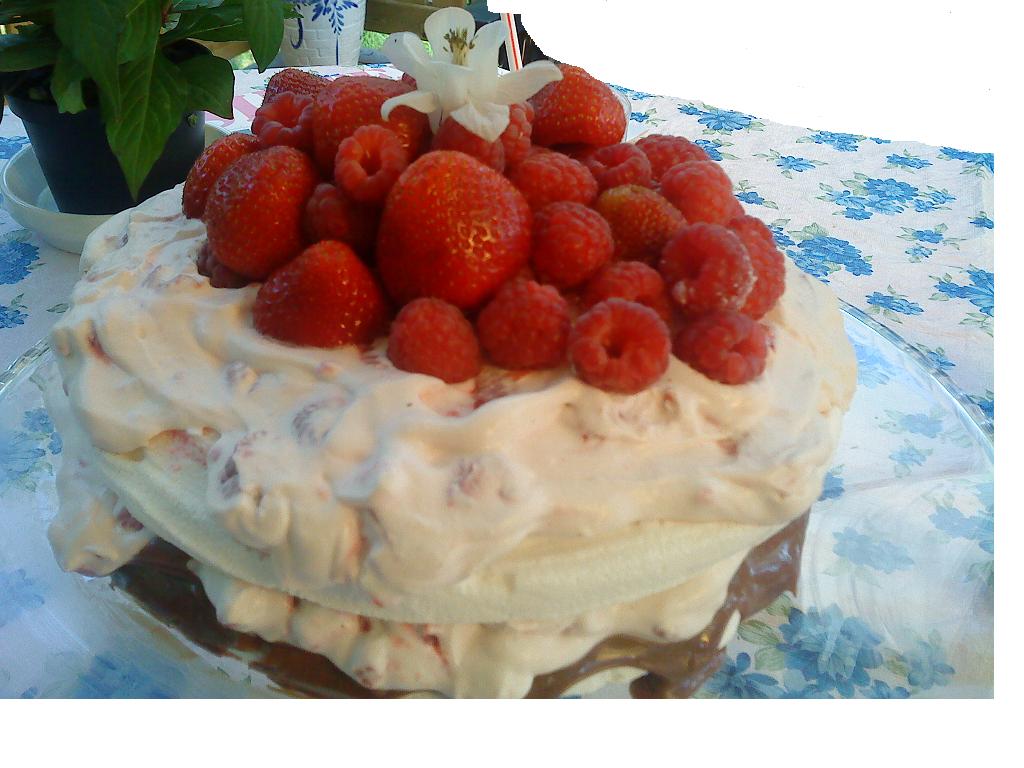 Marängtårta med mjölkchokladtryffel,hallongrädde och färska jordgubbar