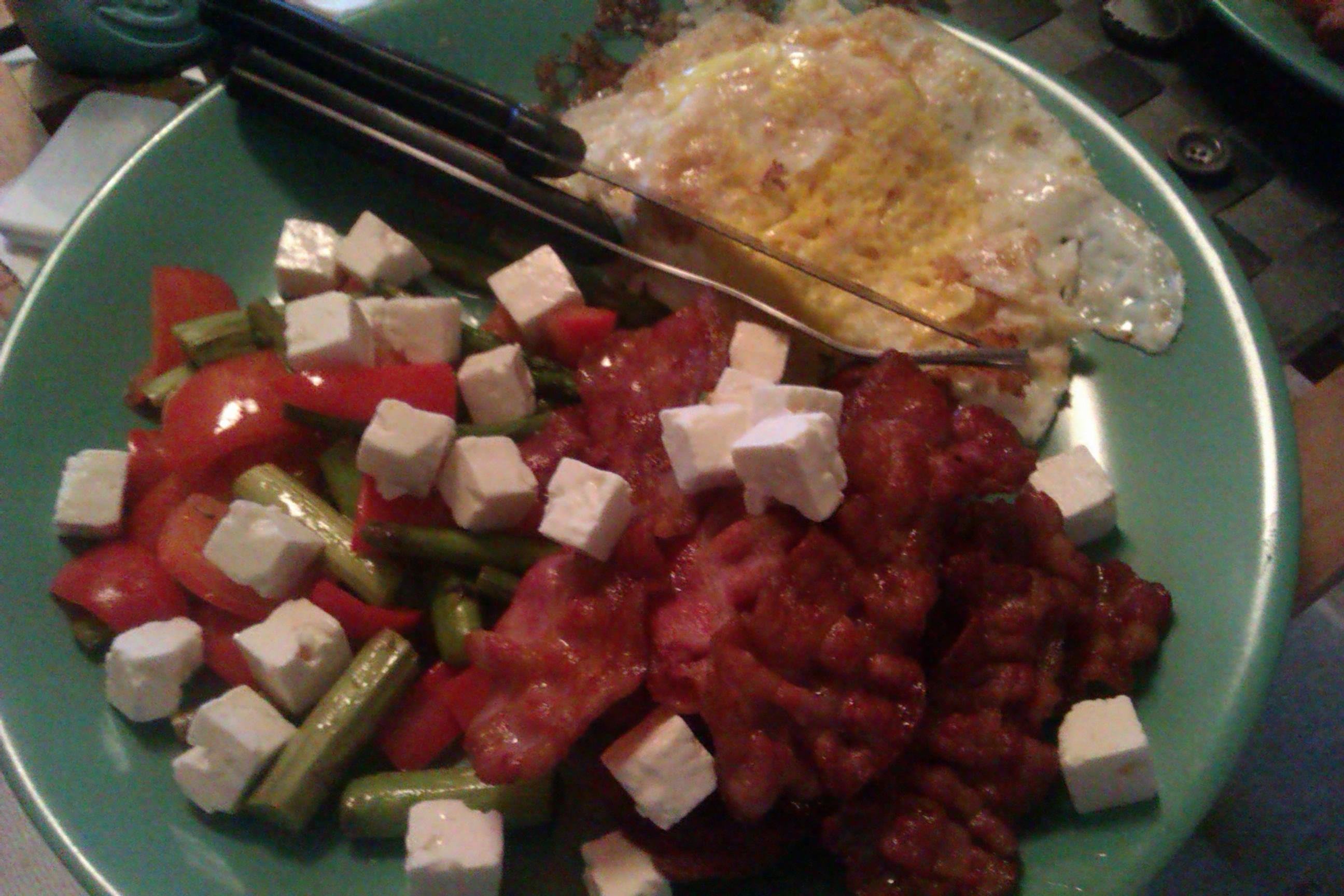 Bacon & ägg med sparris, paprika och feta