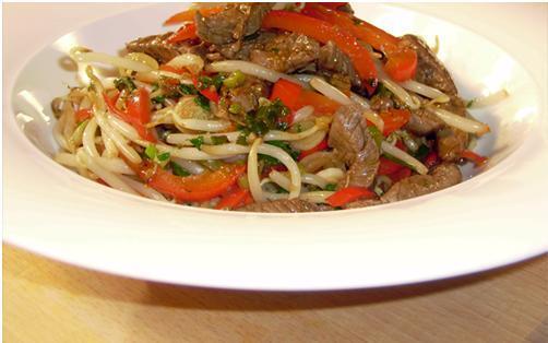 Gordon Ramseys Biff wok med nudlar, paprika och böngroddar.