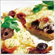 Pizzamacka med tomater, räkor, oliver och ost