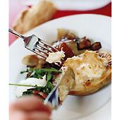 Kyckling i rödvinsås med ostgratinerade potatishalvor