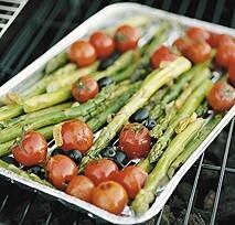 Bakad sparris med oliv och tomat