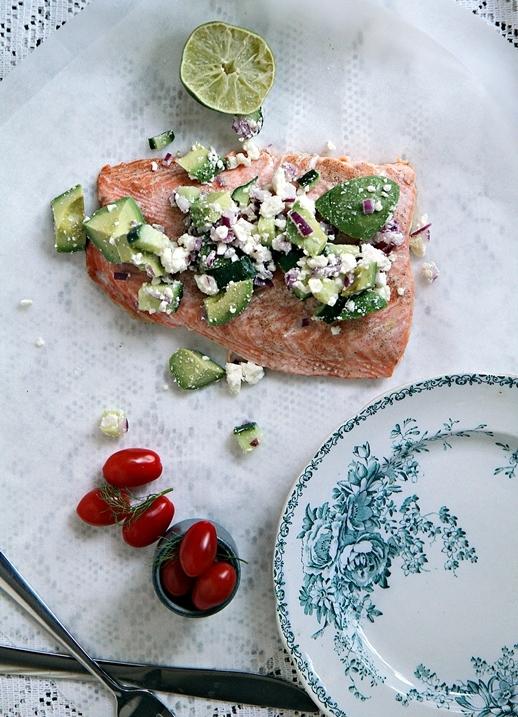 Somrig ugnsbakad lax med avokado och fetaostsallad