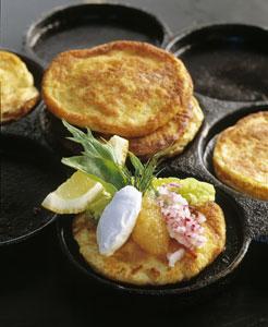 Västerbottensost-plättar med sikrom, röd lök och crème fraiche