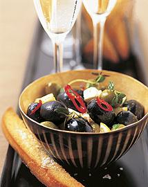 Citronmarinerade oliver med vitlöksstickor