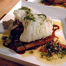 Lutfisk med knaperstekt sidfläsk och glacerade svartrötter