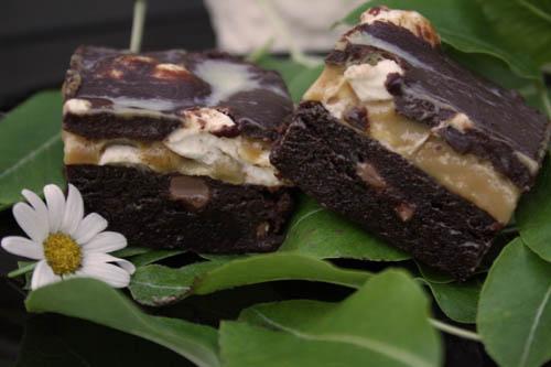 Kladdiga brownies med kola, marshmallows och chokladtryffel
