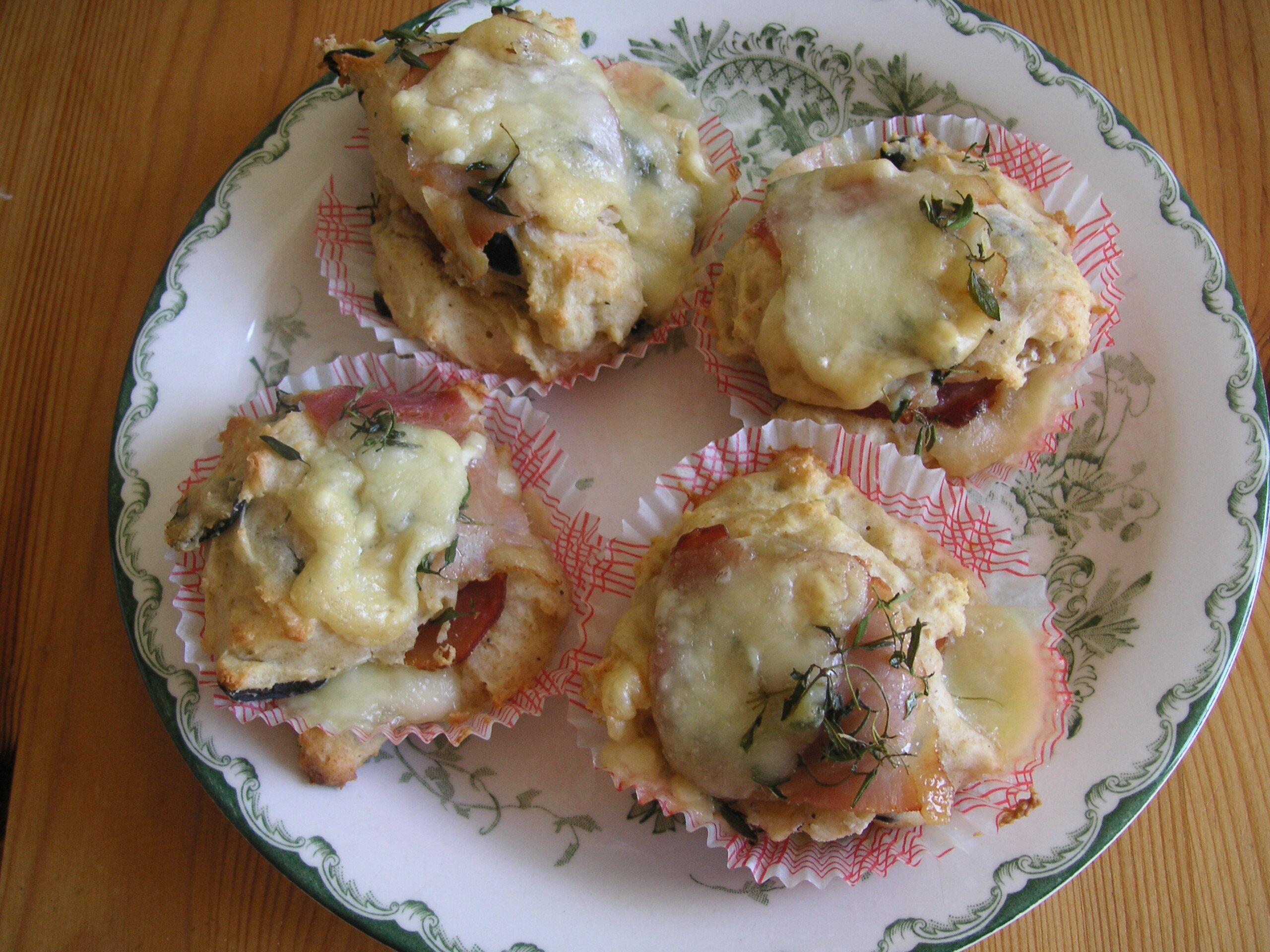 Matmuffins med  oliver, mozzarella och parmaskinka