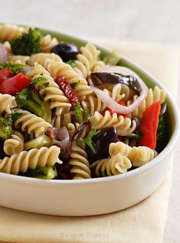Spenat och salamipasta med smak av oliv
