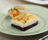 Moussetårta med vit choklad och passionstäcke