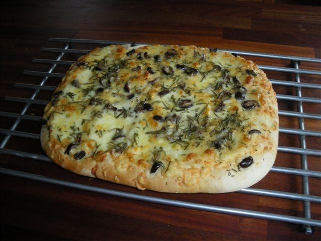 Brytbröd med oliver, ost och rosmarin