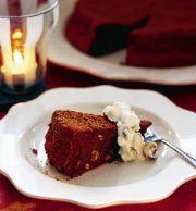 Choklad- och hasselnötskaka med romrussingrädde