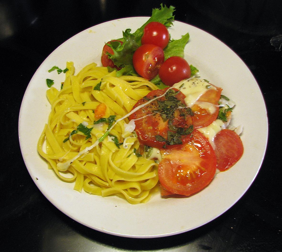 Basilikafisk med mozarella och tomat