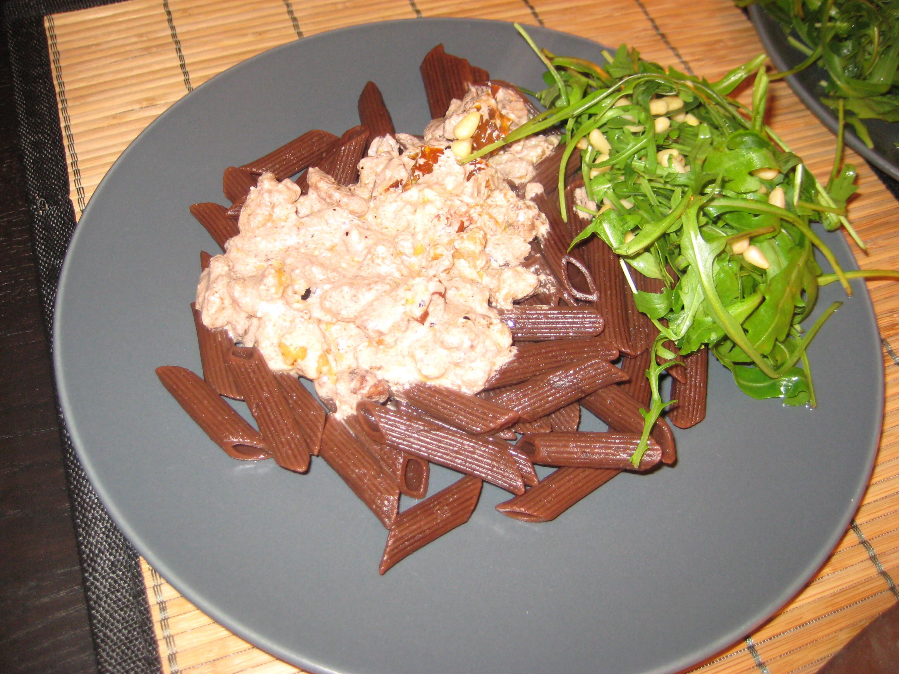 Pasta med kakao och en sås med valnöt och fetasost