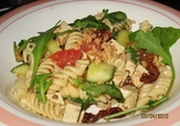 Kryddig pastasallad med tofu och ruccola
