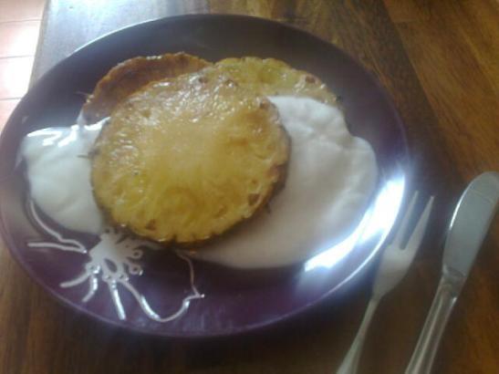 Grillade ananasskivor med vaniljyoghurt