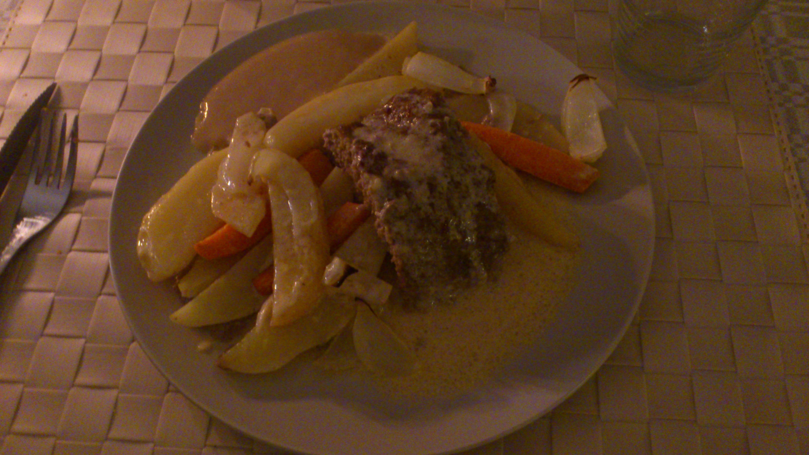 Het Köttfärslimpa med klyftpotatis
