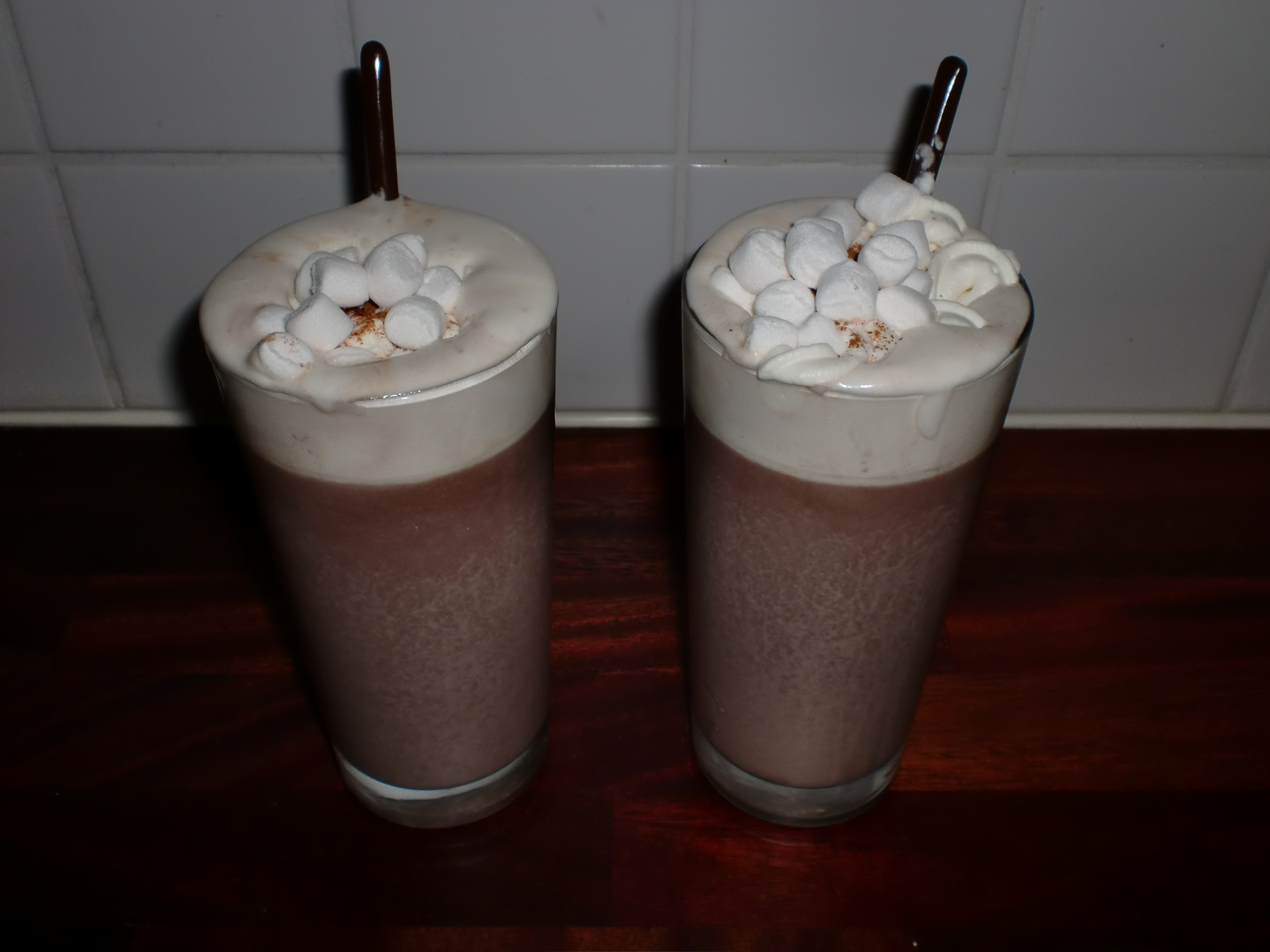 Varm mjölkchoklad med kardemumma, grädde och mini marshmallows