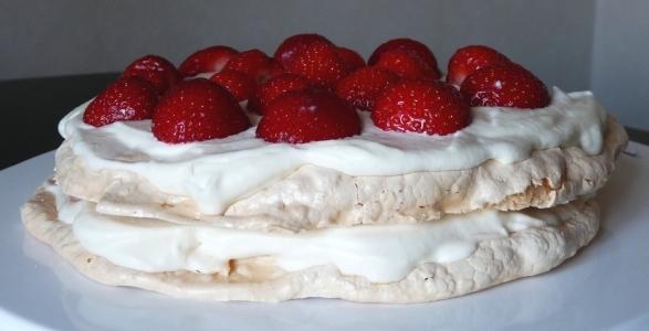 Marängtårta med jordgubbar