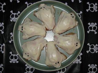 Spökmuffins med jordnötsfyllning och grapefrosting