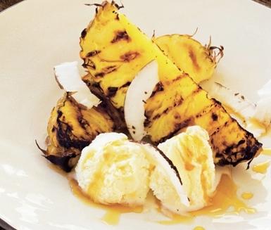 Grillad ananas med glass och lönnsirap