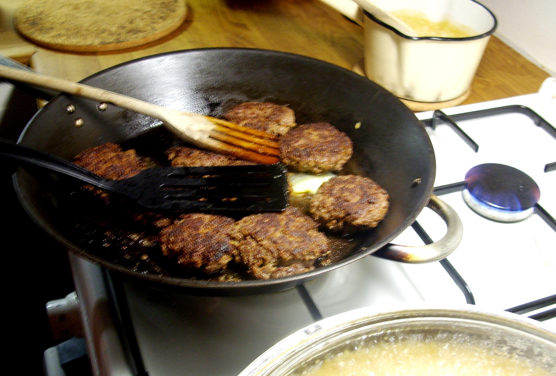 Köttfärsbiffar med smaskig gräddsås